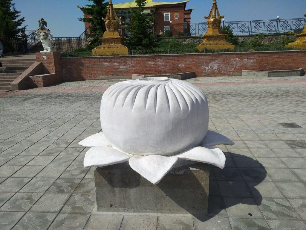 Памятник буузе в Улан-Удэ