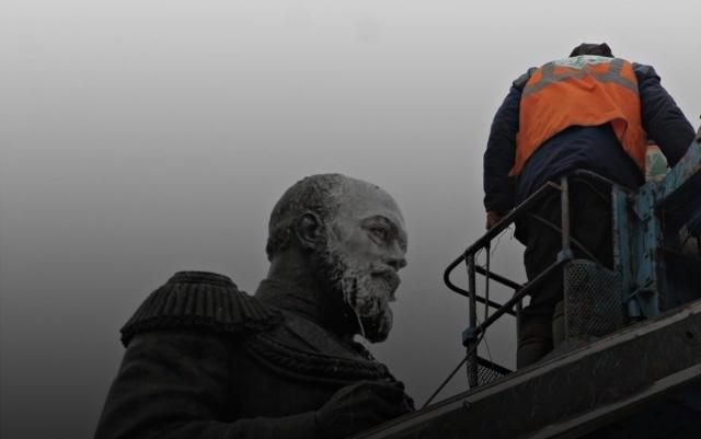 Памятники моют в Иркутске