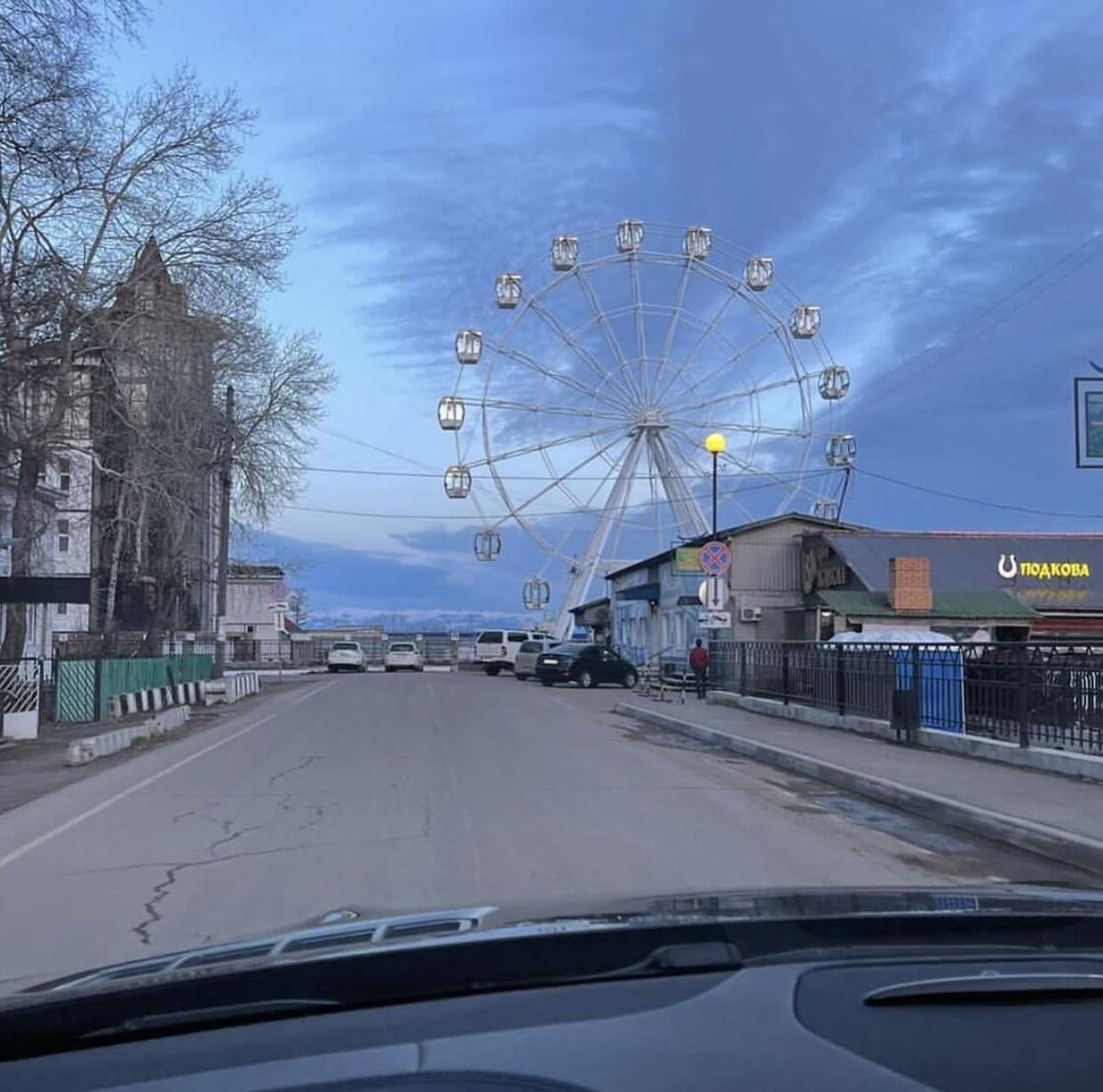 В Листвянке почти полностью собрали колесо обозрения